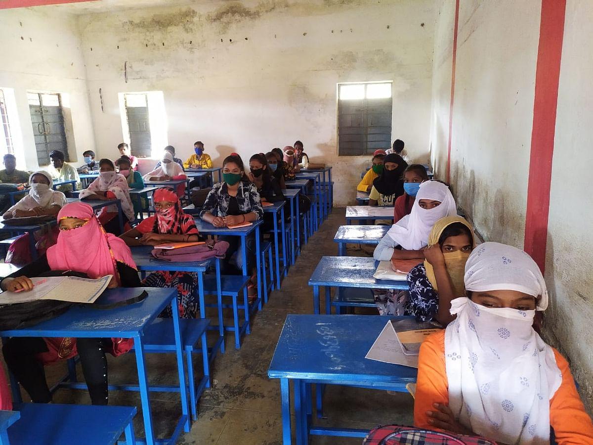 बच्चों के उत्साह के सामने कोरोना का खौफ हुआ पस्त, स्कूल पहुंचे 200 विद्यार्थी