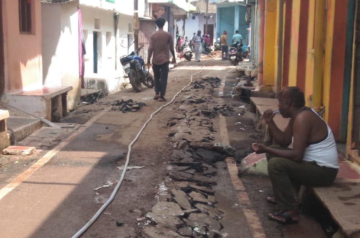 समस्या बनी सीवर लाइन, खुदाई हो रही पर नहीं की जा रही मरम्मत