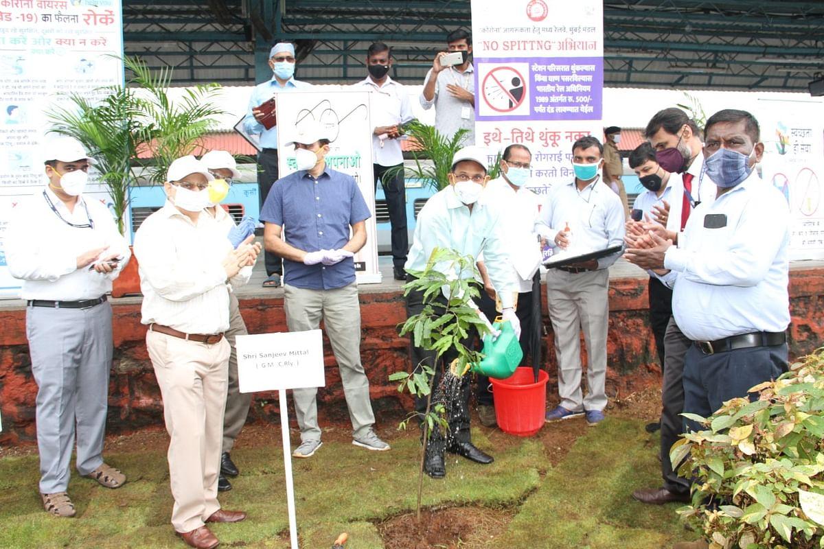 मध्य रेल : स्वच्छता पखवाड़े पर महाप्रबंधक ने किया वृक्षारोपण