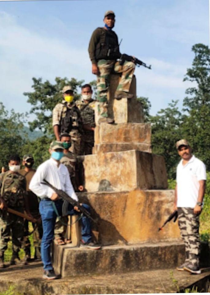 जंगल में बने नक्सल स्मारक को जवानों ने किया ध्वस्त