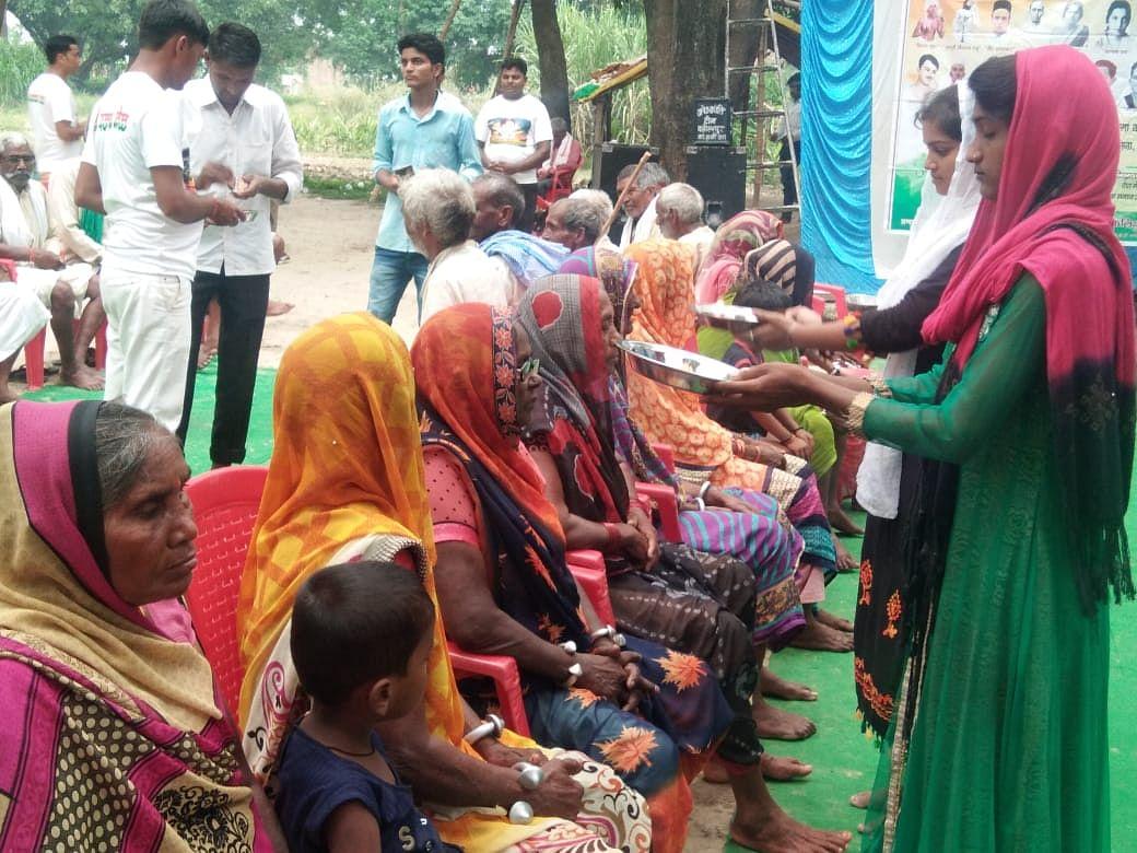 गांव के बुजुर्ग माता-पिता का पांव धोकर सामाजिक कार्यकर्ताओं ने युवाओं को दिया संदेश