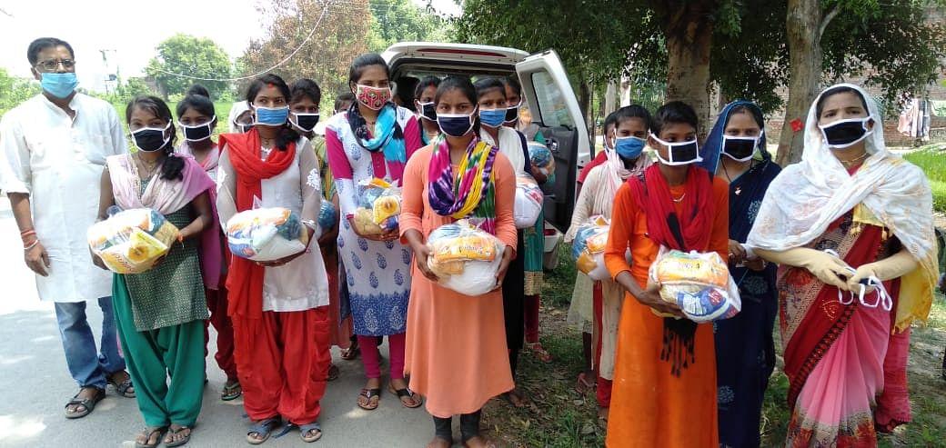 नागेपुर के युवाओं ने किशोरियों और महिलाओं में बांटी राहत सामग्री