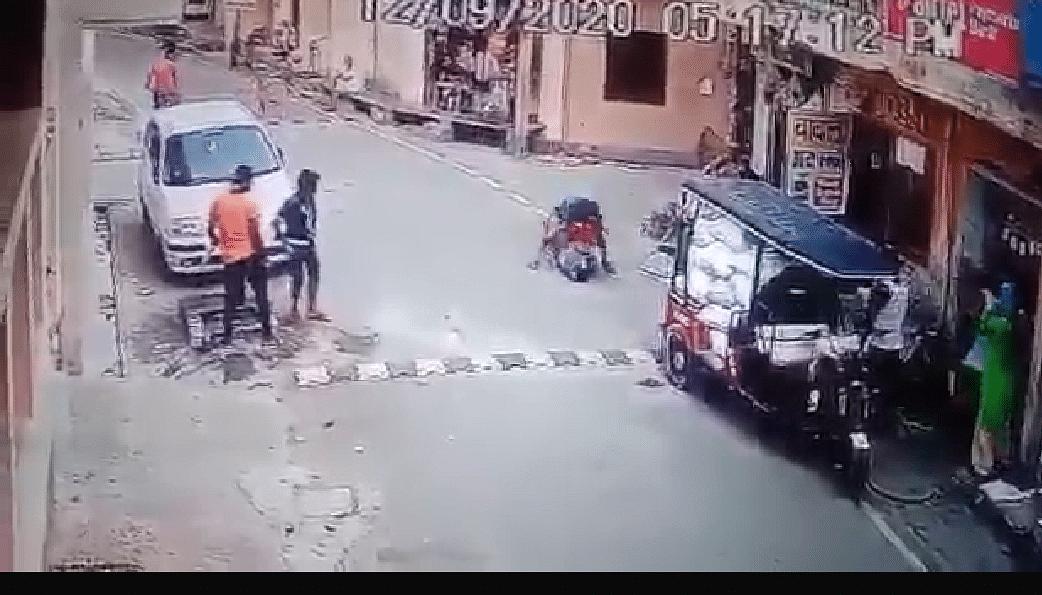 शर्मनाकः छेड़छाड़ का विरोध करते पर दबंग बुजुर्ग महिला को पीटता रहा और लोग देखते रहे