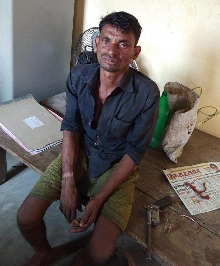 देशी कट्ठा व दो जिंदा कारतूस के साथ एक बदमाश गिरफ्तार