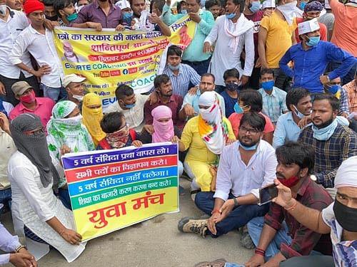युवाओं ने प्रदर्शन कर कहा, दमन नहीं रोजगार दे सरकार