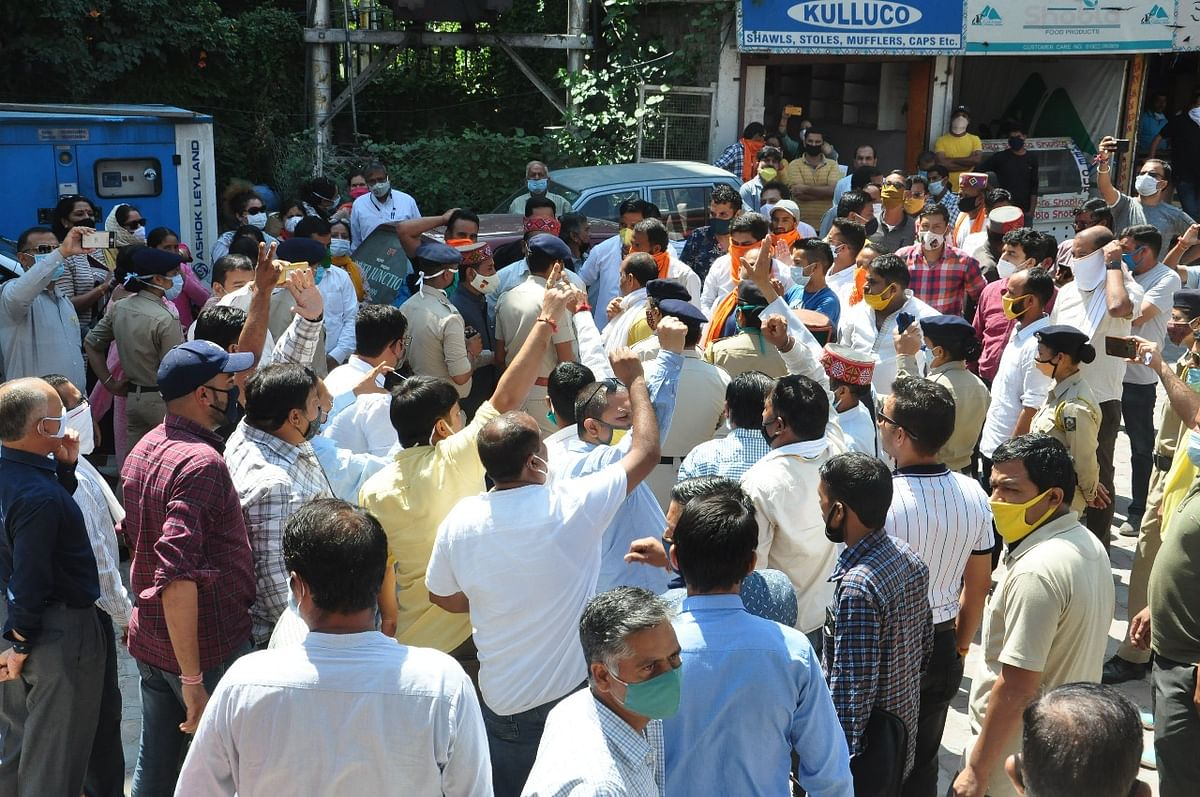 कुल्लू मुख्यालय पर भाजपा और कांग्रेस कार्यकर्ता भिड़े