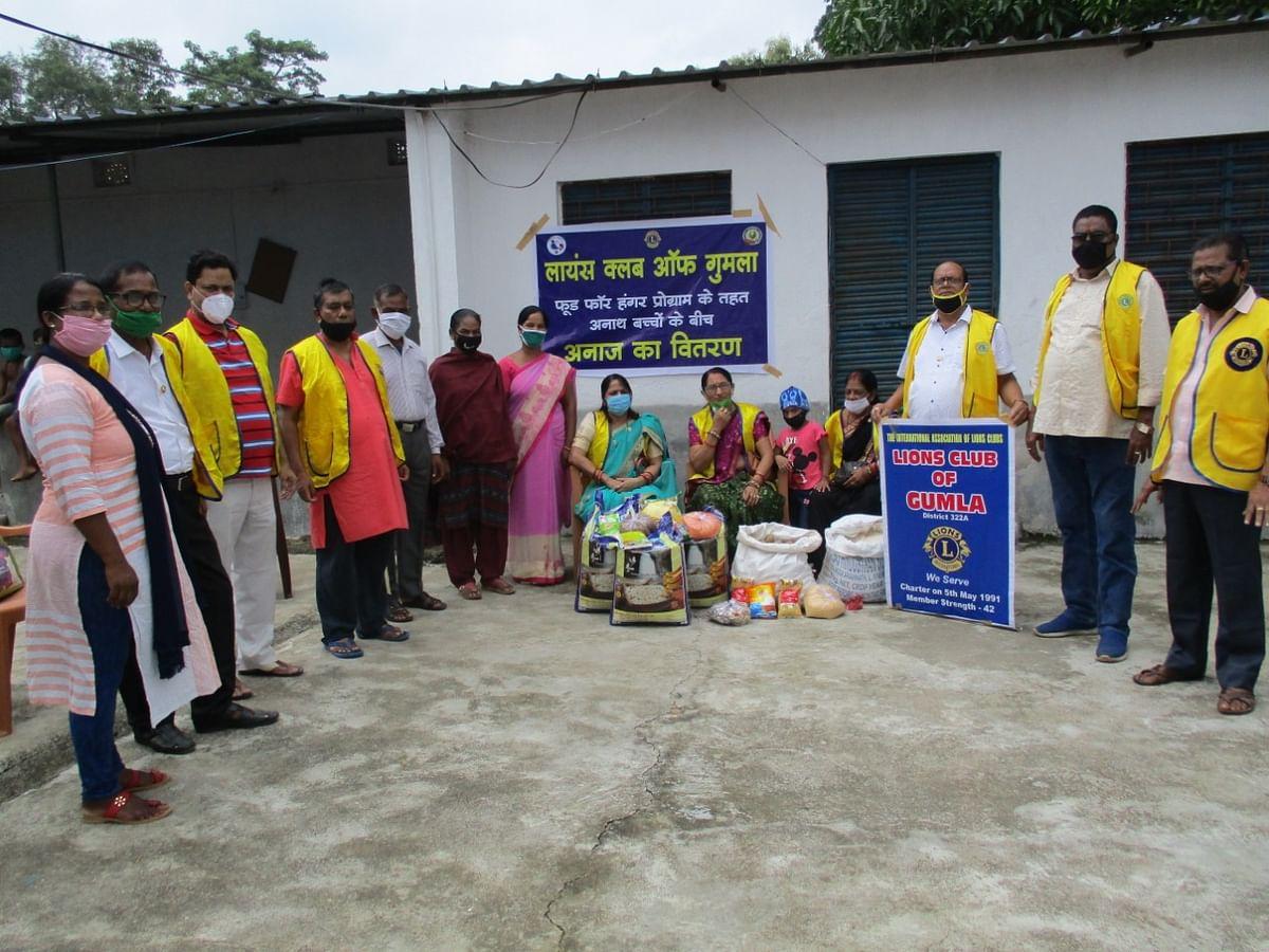 लायंस क्लब ने किया अनाथ बच्चों के बीच खाद्य सामग्रियों का वितरण