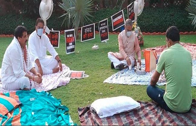 संसद परिसर में रातभर धरने पर बैठे रहे निलंबित सांसद, सुबह चाय लेकर पहुंचे उपसभापति