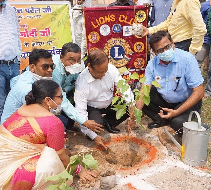 मुक्त विवि ने पीपल के पौधे लगाकर मनाया प्रधानमंत्री का जन्मदिन