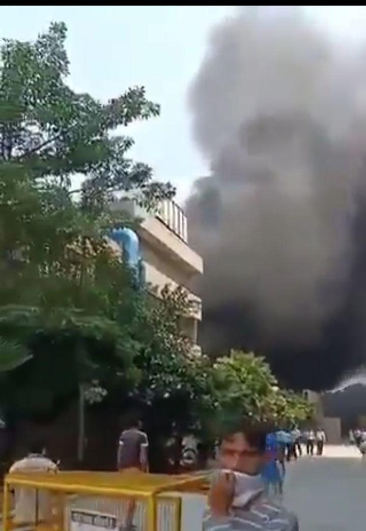 दिल्ली के सफदरजंग अस्पताल में लगी आग से मची अफरातफरी