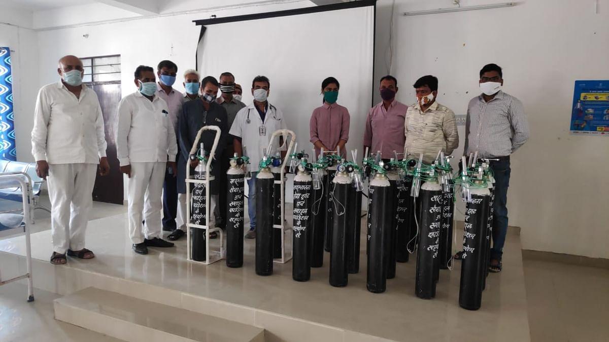 सेटेलाइट चिकित्सालय में स्माईल फाउंडेशन ने भेंट किये 20 ऑक्सीजन सिलेंडर