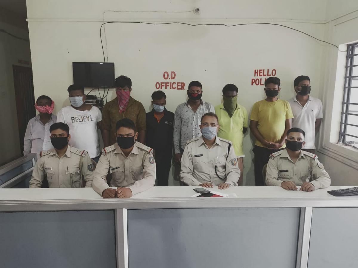 जुआ अड्डे पर छापेमारी, आठ जुआरी गिरफ्तार