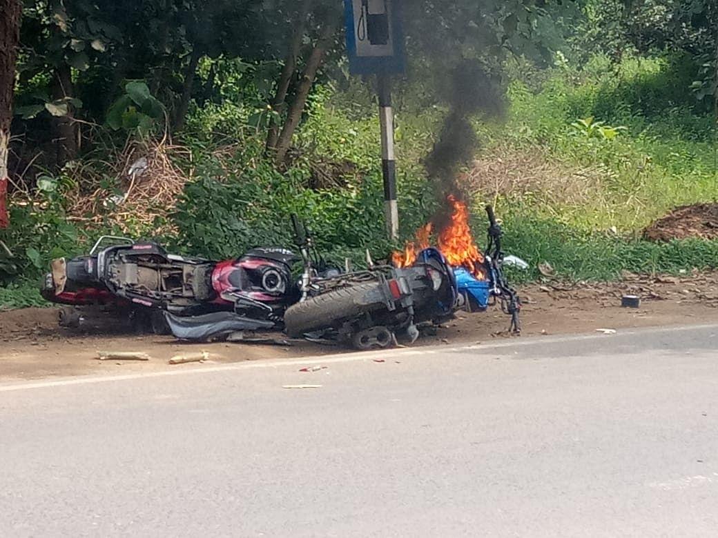 जमीन विवाद में दो पक्षों में मारपीट, दो बाइक को किया आग के हवाले