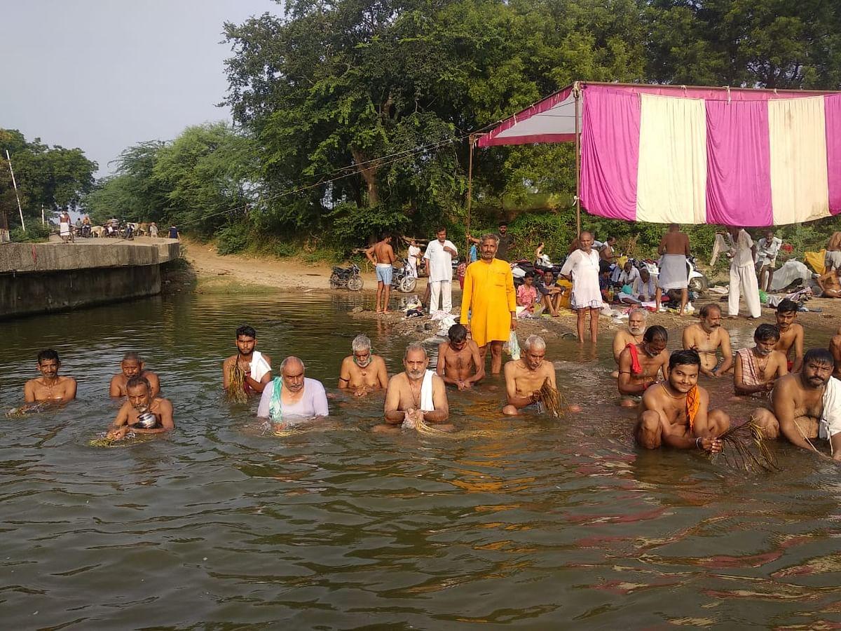 पितृ मोक्ष अमावस्या पर तर्पण के साथ पितरों की विदाई