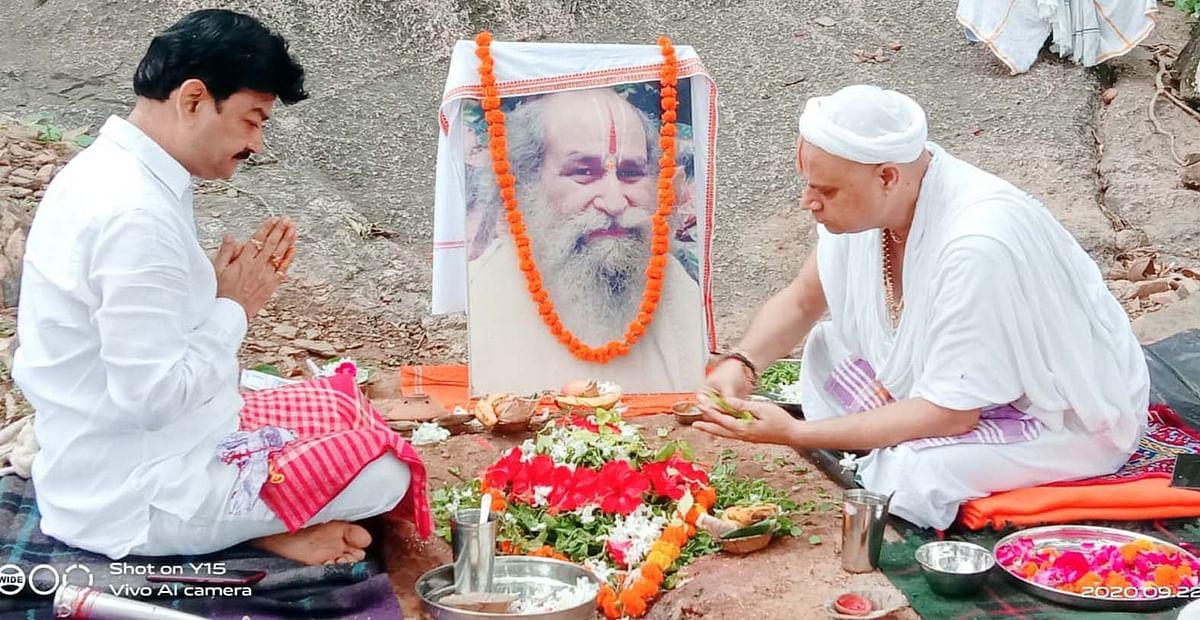 जगत कल्याण की कामना को लेकर महामंडलेश्वर राजकुमार दास ने कामदगिरि पर्वत पर शुरू किया अनुष्ठान