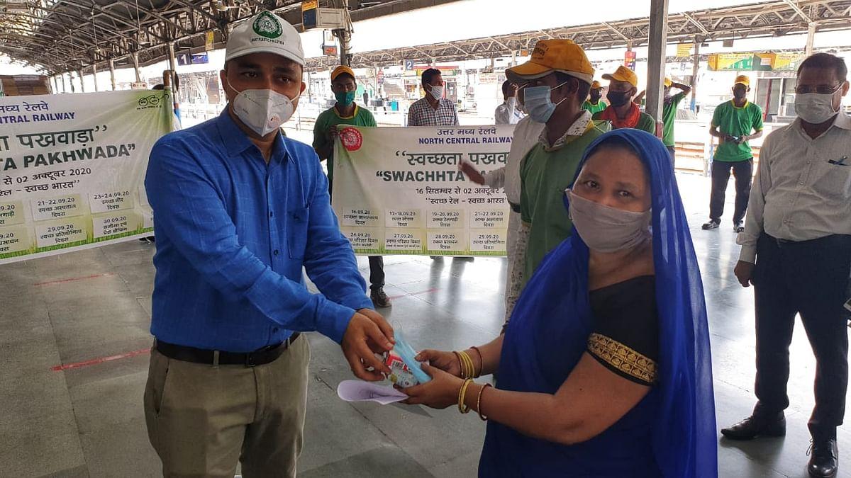 स्वच्छता पखवाड़े को लेकर रेलवे सीटीएम ने कर्मचारियों को दिलाई शपथ
