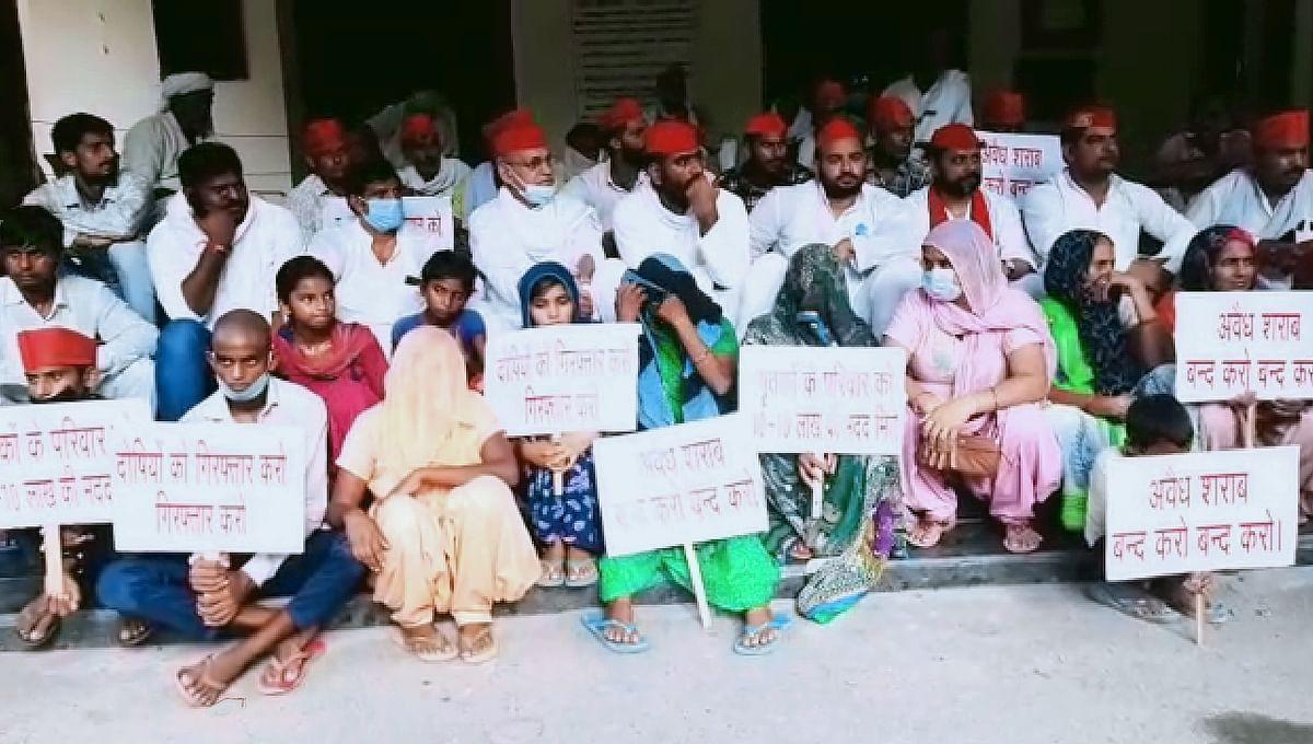 शराब कांड के पीड़ित परिवारों के साथ सपा कार्यकर्ताओं का कमिश्नरी पर डेरा, जमकर हंगामा