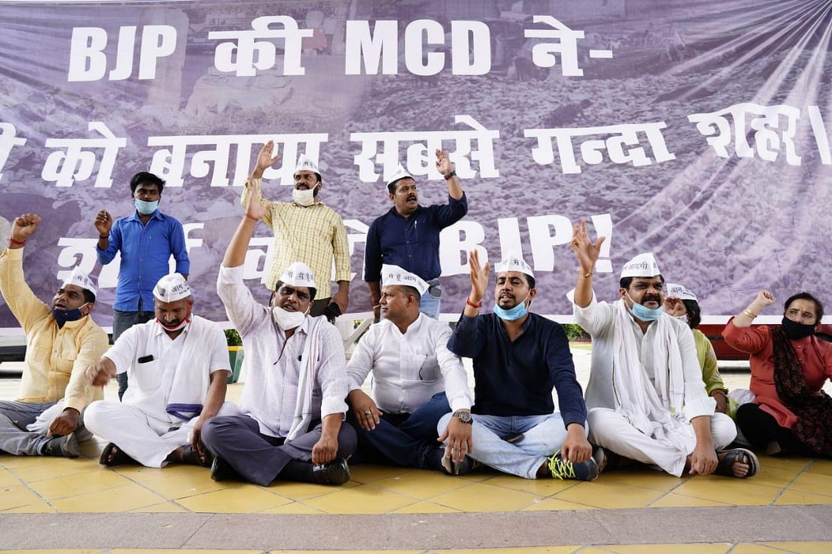 """स्वच्छता सर्वेक्षण में देश के सबसे गंदे शहरों में शामिल एमसीडी के खिलाफ """"आप"""" का दिल्ली भर में प्रदर्शन"""