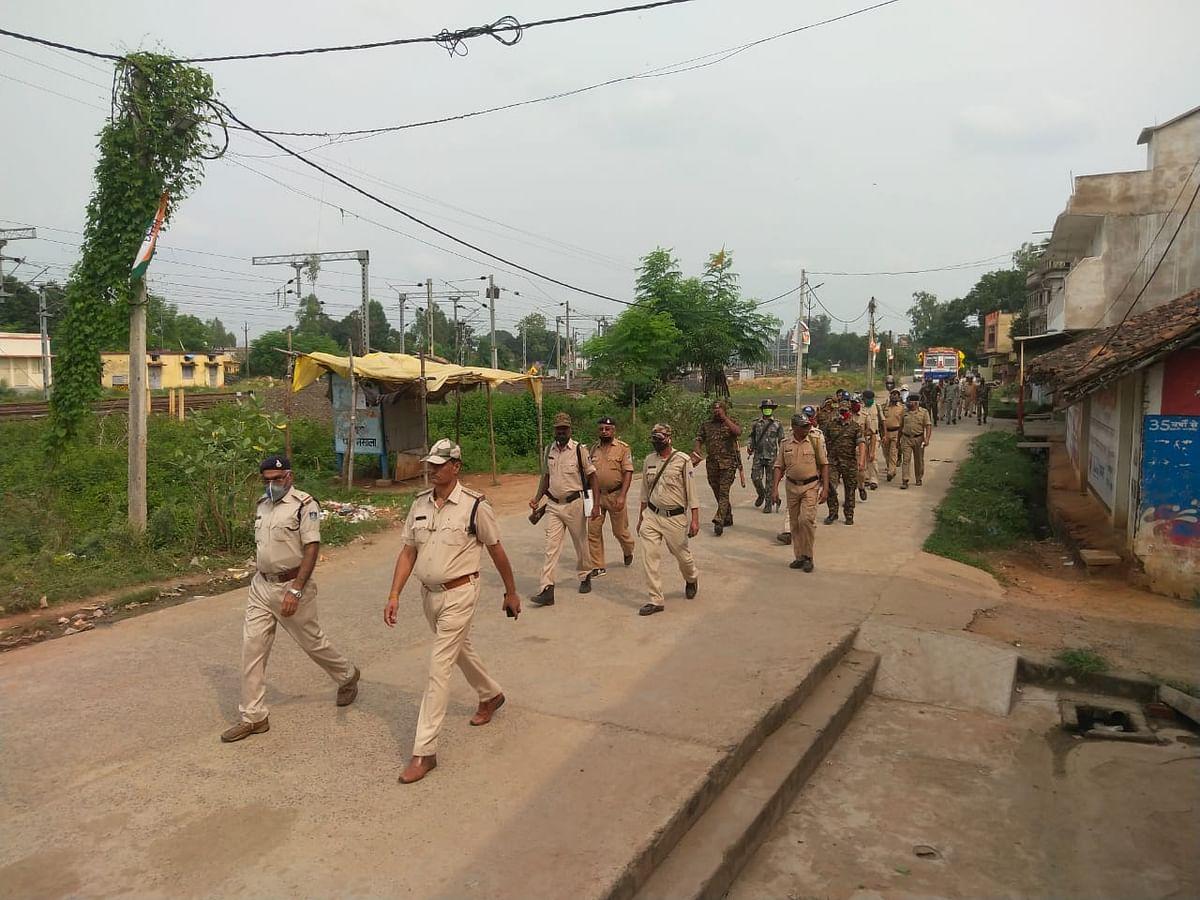 सुरक्षा व्यवस्थाओं को लेकर पुलिस ने किया फ्लैग मार्च, शांति व्यवस्था बनाने की अपील