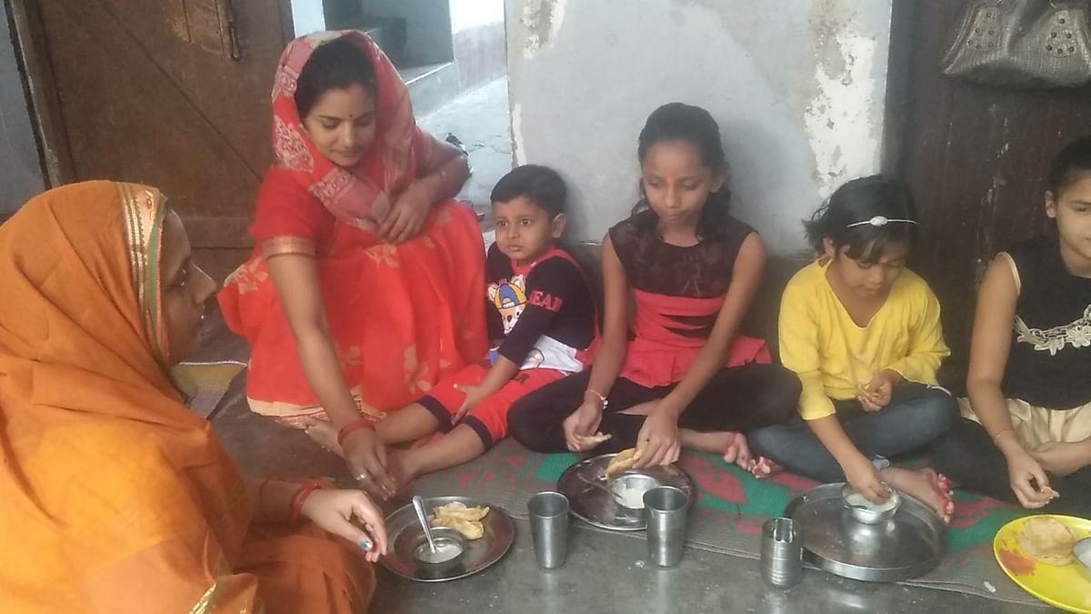 शारदीय नवरात्र में कन्याओं को खिलाया गया प्रसाद