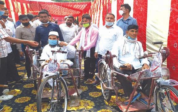 दिव्यांगों को सौंपे व्हील चेयर और ट्राई साइकिल