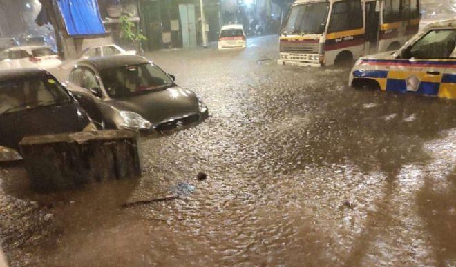 मुंबई में आफत की बारिश, सड़कें बनीं दरिया, मौसम विभाग ने जारी किया अलर्ट