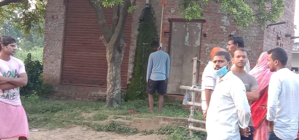 शिवपुर परमानंदपुर में युवक ने पेड़ की डाल से लगाई फांसी,परिजनों ने जताई हत्या की आशंका