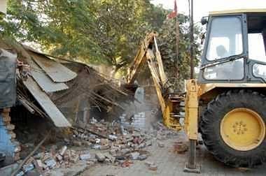 कानपुर : गंगा बैराज में बने अवैध मैगी प्वाइंटों पर चला केडीए का चाबुक, ढहाए गए कब्जे