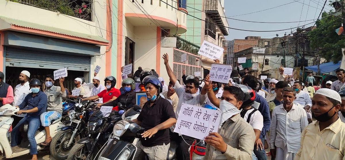 मुर्री बंद कर लगातार तीसरे दिन बुनकर रहे हड़ताल पर, निकाली मोटरसाइकिल रैली