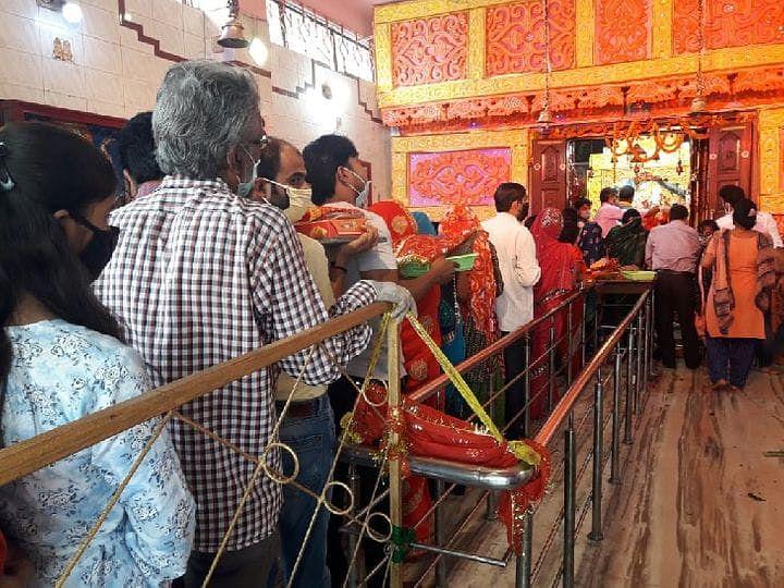 मंदिरों और पूजा पंडालों में लगी श्रद्धालुओं की भीड़