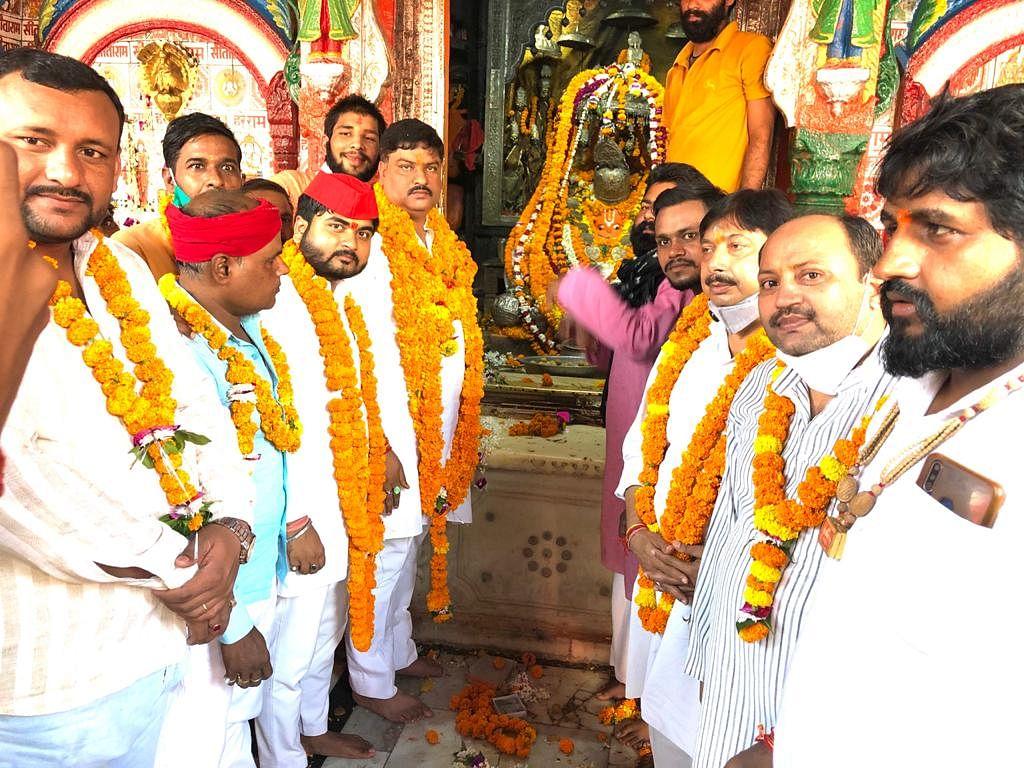 मुलायम सिंह की दीर्घायु के लिए पूर्व मंत्री ने कार्यकर्ताओं के साथ हनुमानगढ़ी में किया हवन