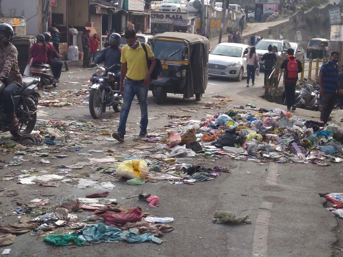 सफाई कर्मचारियों ने सड़क पर गंदगी फैंक किया विरोध प्रदर्शन