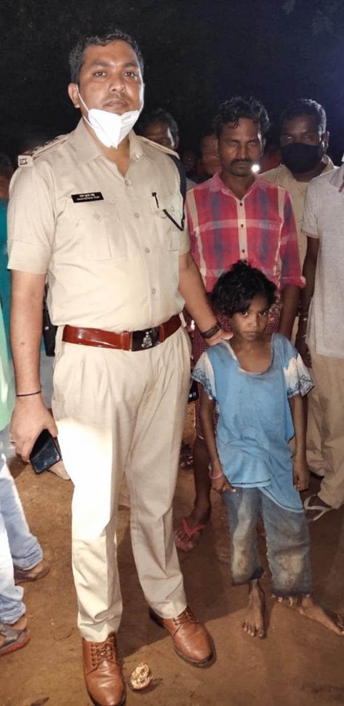 पुलिस ने रात में जंगल से गुम बच्ची को ढूंढकर परिजनों को सौंपा