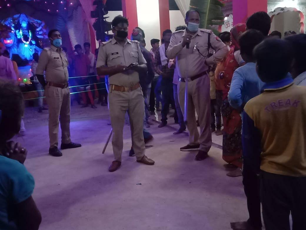 झांकी पंडाल में जूते पहनकर घुसने पर एसपी ने उपनिरीक्षक सहित दो पुलिसकर्मी को किया लाइन हाजिर