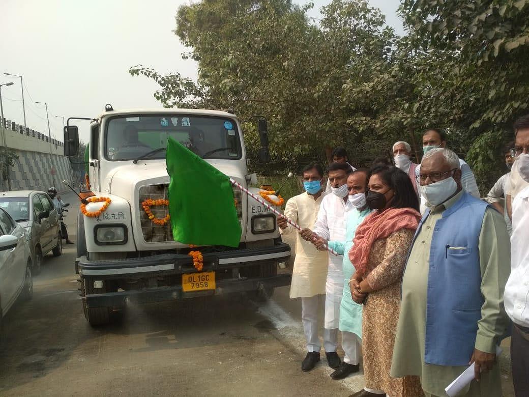 मंडोली में पूर्वी निगम ने धूल के कणों को रोकने के लिए करवाया विशेष रसायन पानी से छिड़काव