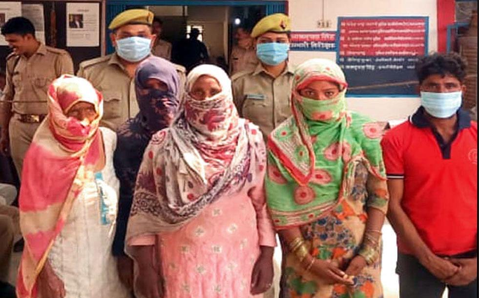 मथुरा : चार महिला सहित पांच गौ तस्करों को जीवत गौवंश के साथ पकड़ा