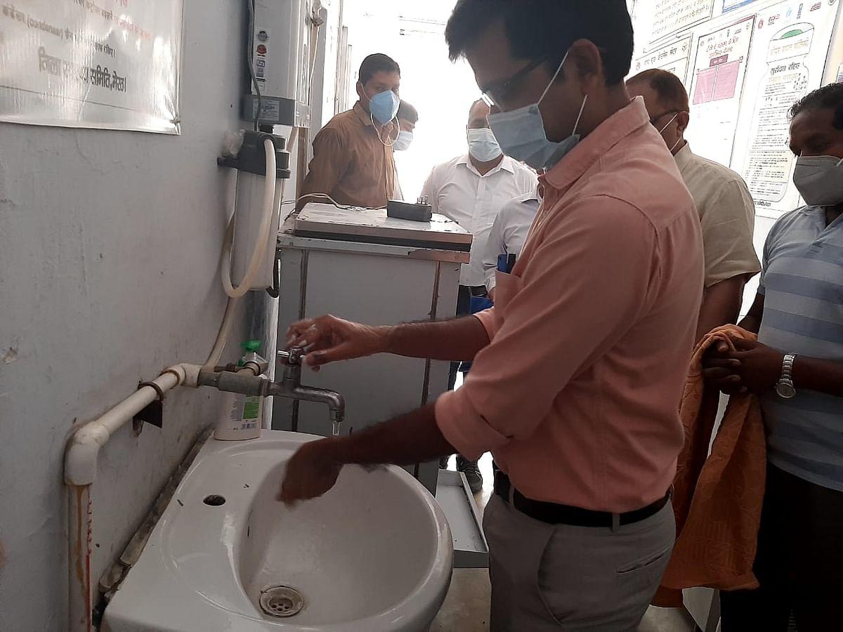 विश्व हाथ धुलाई दिवस : जिलाधिकारी ने हाथ धोकर दिया स्वच्छता का संदेश