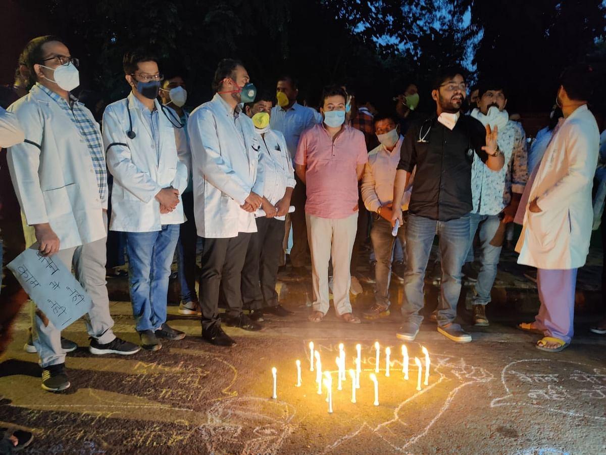 वेतन को लेकर हिंदूराव अस्पताल के डॉक्टरों ने निकाला कैंडल मार्च, आप भी हुई शामिल