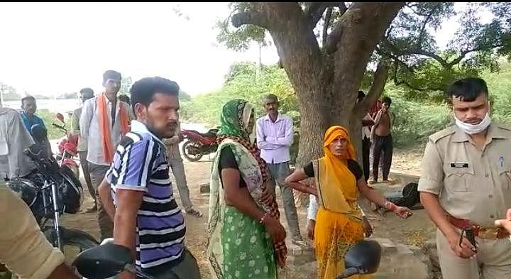 खदान में ट्रक चालक पर खनन ठेकेदारों का हमला, ग्रामीणों ने जाम लगाकर किया हंगामा
