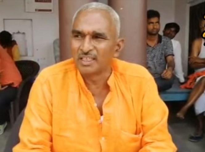 बलिया कांड : हत्यारोपी के पक्ष के घायलों का मेडिकल के लिए थाने पहुंचे विधायक सुरेंद्र सिंह, कहा एकतरफा कार्रवाई न हो