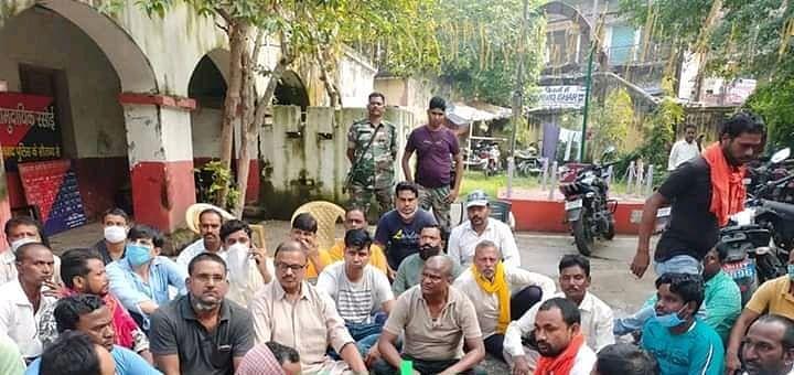 विधायक ढुलू महतो के समर्थक के घर पर बम व गोली चलने के खिलाफ किया गया सड़क जाम