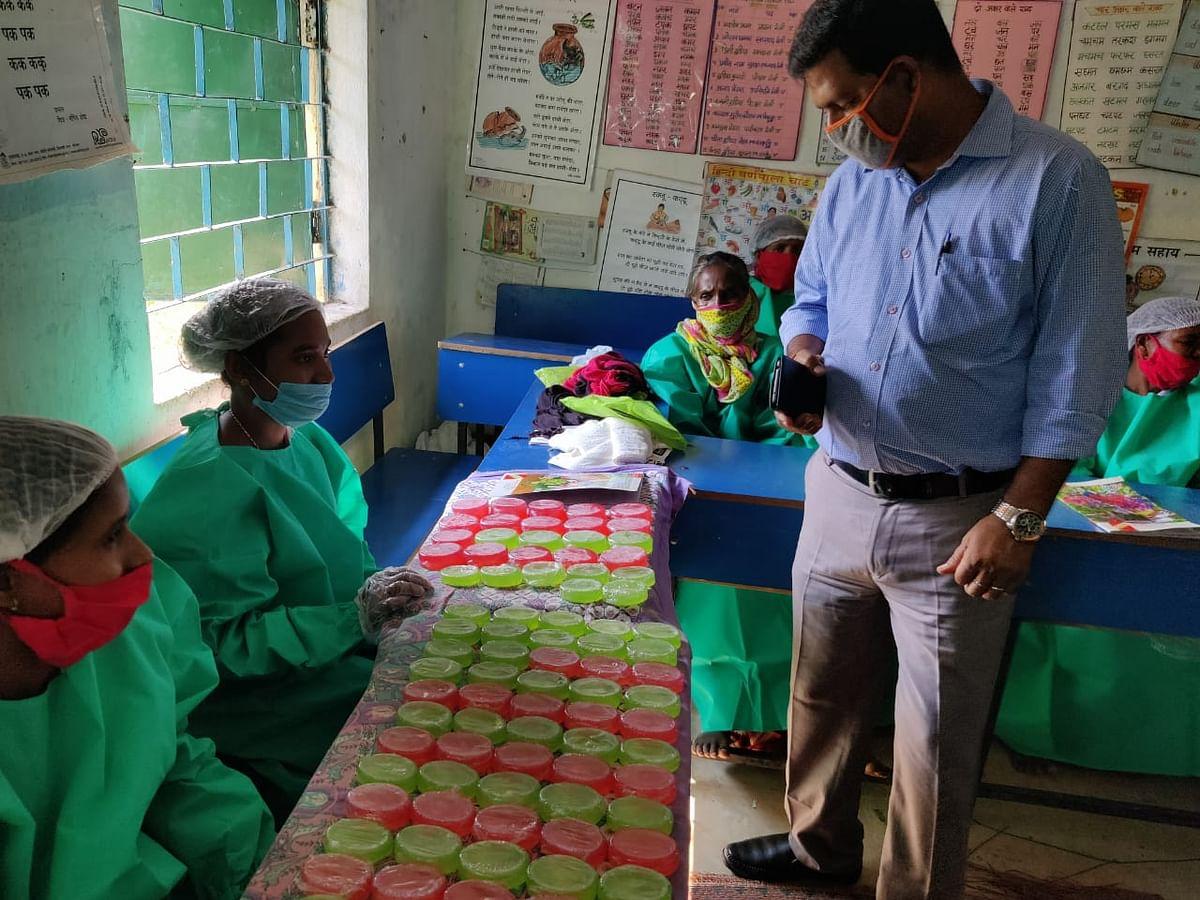 महिलाओं को दिया गया हर्बल साबुन बनाने का प्रशिक्षण