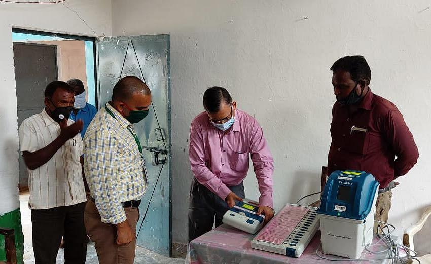 सामान्य प्रेक्षक ने मतदान केंद्रों में स्वीप गतिविधि ईवीएम वीवीपैट प्रदर्शन का किया निरीक्षण