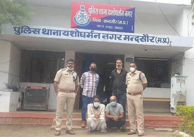 पुलिस ने प्रतापगढ़ के दो तस्करों से 2 किलो 60 ग्राम अफीम पकड़ी