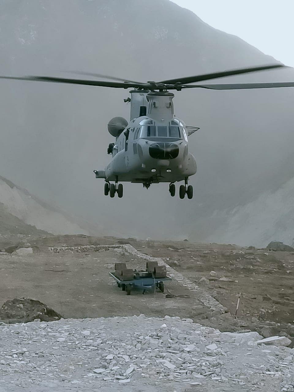 सेना के मालवाहक चिनूक ने केदारनाथ धाम में पहुंचाईं 6 टन भारी मशीनें