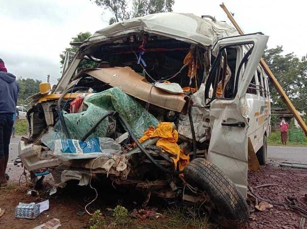 नेशनल हाईवे 30 में ट्रक और टूरिस्ट बस में टक्कर, 1 व्यक्ति की इलाज के दौरान मौत