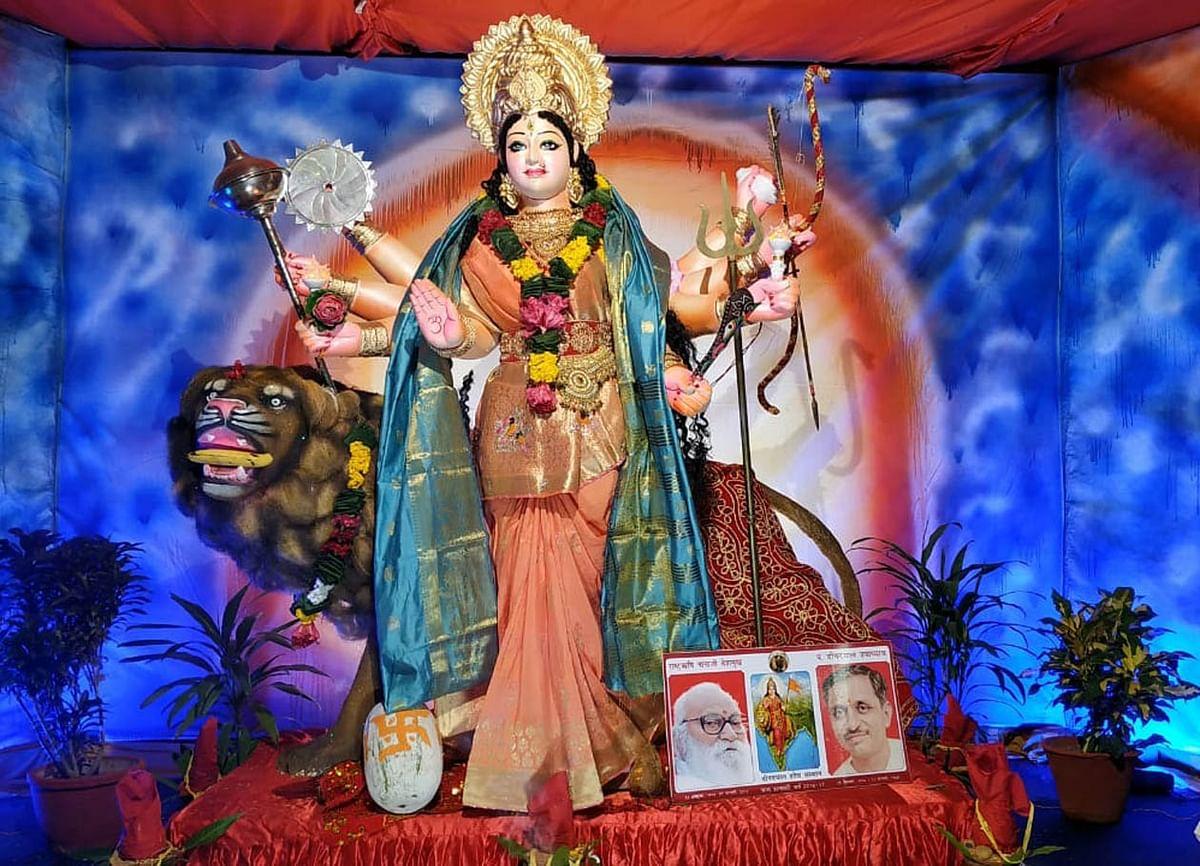 उद्यमिता विद्यापीठ में विराजमान मां दुर्गा के प्रतिदिन बदलते स्वरूप के दर्शन करने आते हैं श्रद्धालु