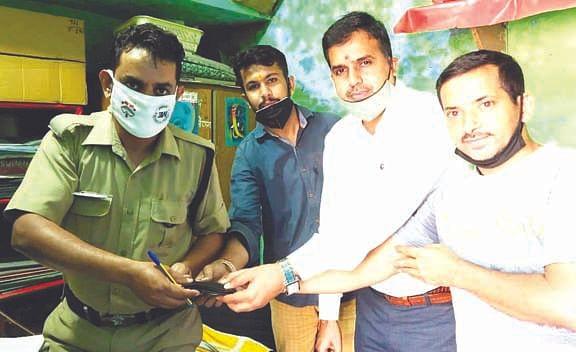 व्यापारी नेता गौरव सचदेवा ने पैसों से भरा पर्स पुलिस को सौंपा