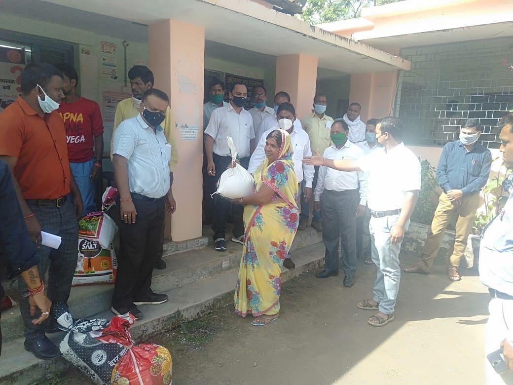 विश्व खाद्यान्न दिवस पर विधिक सेवा प्राधिकरण ने अन्न योजना में गरीबों को कराया अनाज वितरण