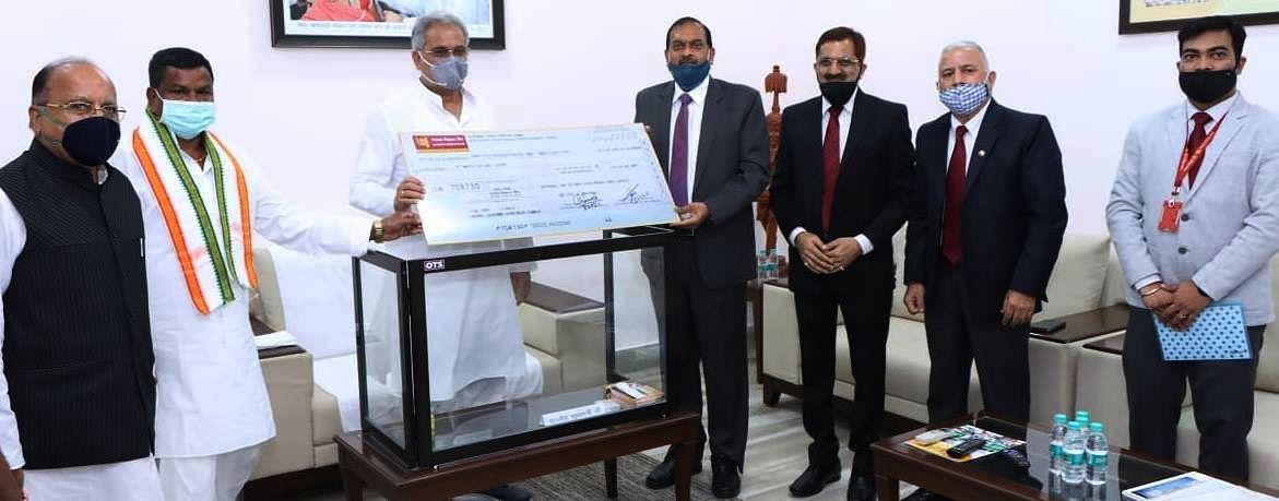 पंजाब नेशनल बैंक के कार्यपालक निदेशक ने मुख्यमंत्री को 25 लाख रूपये की राशि का चेक सौंपा
